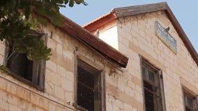 Casa abbandonata vecchia a Haifa stock footage