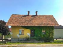 Casa abbandonata in villaggio Fotografia Stock