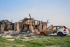 A casa abriga o seguro queimado veículos do carro foto de stock