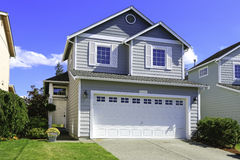 Casa accogliente esteriore con il garage Immagine Stock