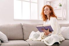 Casa accogliente Giovane donna premurosa con un libro Fotografia Stock Libera da Diritti