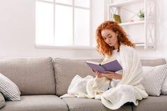 Casa accogliente Giovane donna premurosa con un libro Fotografie Stock