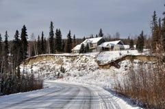 A casa acima da neve cobriu o monte Imagens de Stock