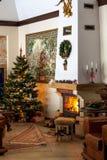 Casa acogedora con la chimenea por Año Nuevo Imagenes de archivo