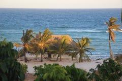 Casa acogedora del centro tur?stico con los ?rboles de coco en las orillas del Oc?ano ?ndico en Kenia fotografía de archivo