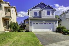 Casa acogedora exterior con el garaje Fotografía de archivo libre de regalías