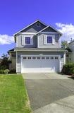 Casa acogedora exterior con el garaje Foto de archivo