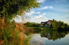 Casa acolhedor na costa do lago fotografia de stock