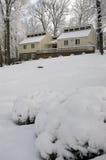 A casa acolhedor na neve cobriu o monte Imagens de Stock Royalty Free