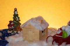 Casa acolhedor que espera a noite de Natal Santa Claus no trenó fotos de stock