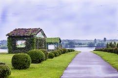 Casa adornada con las flores frescas en el parque Fotos de archivo