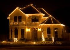 Casa adornada y encendida en la noche Imágenes de archivo libres de regalías