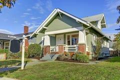 Casa affascinante dell'artigiano con un portico anteriore coperto Fotografia Stock Libera da Diritti
