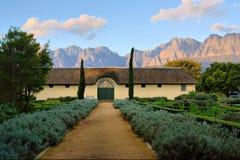 Casa africana del boer contra las montañas brumosas fotografía de archivo