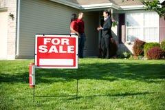 Casa: Agente Discussions Home com compradores Fotos de Stock Royalty Free