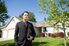 Casa: Agente na frente da casa Fotografia de Stock Royalty Free