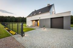 Casa agradável da família na área quieta Fotografia de Stock