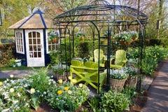Casa agradável do jardim com cadeiras Fotos de Stock Royalty Free