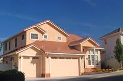 Casa agradável nos subúrbios Imagem de Stock Royalty Free