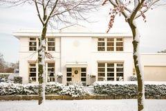 Casa agradable en la nieve Fotos de archivo libres de regalías