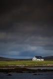 Casa aislada al lado del mar imagenes de archivo