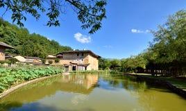 Casa al lado de la piscina en Guangdong, al sur de China Fotografía de archivo libre de regalías