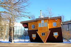 Casa al revés en el centro de exposición ruso en Moscú Imagenes de archivo