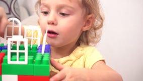 Casa alegre da construção da menina da criança vídeos de arquivo