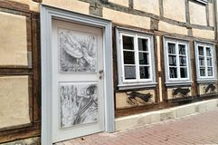 Casa alemão do vintage velho com um desenho na porta de madeira Fotos de Stock Royalty Free