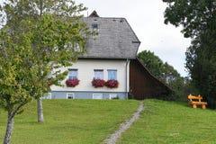 Casa alemana vieja con la caja de la flor imagen de archivo libre de regalías