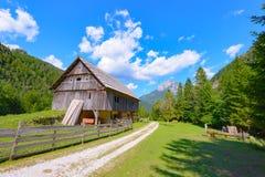 Casa in alpi europee, kot di Robanov, Slovenia dell'azienda agricola della montagna Immagine Stock