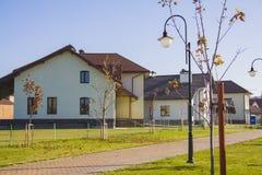Casa alpina à moda na vila alemão Foto de Stock