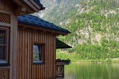 Casa alpina austriaca tipica con i fiori luminosi, Hallstatt, Austria, Europa Fotografie Stock
