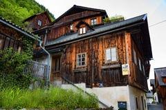 Casa alpina austriaca tipica con i fiori luminosi, Hallstatt, Austria, Europa Immagine Stock