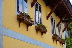 Casa alpina austriaca tipica con i fiori luminosi, Hallstatt, Austria, Europa Fotografia Stock