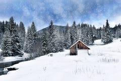 Casa alpina coberta com a neve nas montanhas Foto de Stock Royalty Free