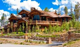 Casa alpina in collina di scossa Fotografia Stock