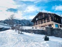 Casa alpina decorata piacevole di stile in alpi francesi, Francia Fotografie Stock Libere da Diritti