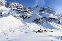 Casa alpina del chalet e panorama della montagna con neve nell'inverno nelle alpi di Stubai Fotografie Stock Libere da Diritti