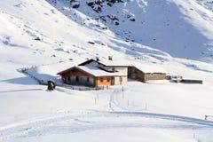 Casa alpina del chalet e panorama della montagna con neve nell'inverno nelle alpi di Stubai Immagine Stock