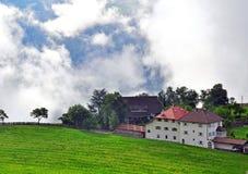Casa alpina en nubes Imagenes de archivo