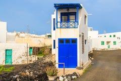 Casa alta e stretta in villaggio delle isole Canarie tipico Fotografie Stock Libere da Diritti