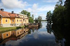 Casa amarela agradável perto do lago foto de stock