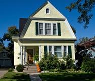 Casa amarela com abóboras Fotografia de Stock Royalty Free