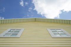Casa amarela com céu Fotografia de Stock