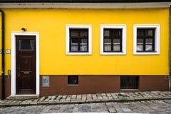 Casa amarela e marrom em Bratislava fotografia de stock