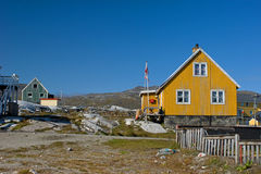 Casa amarela em Greenland com bandeira e cerca Imagens de Stock