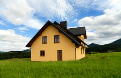 Casa amarela nova Fotos de Stock Royalty Free