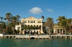 Casa amarela pelo mar foto de stock royalty free