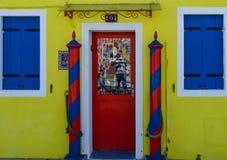 Casa amarilla con la puerta roja Fotos de archivo libres de regalías